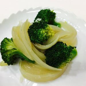 ブロッコリーと玉ねぎのオイル蒸し