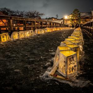 ひがし茶屋街近くの梅の橋で灯ろう飾りが行われました
