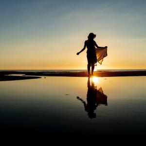 石川県のウユニ塩湖・高松海岸で夏の夕日&花火ポートレート