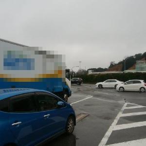 サービスエリアの大型車駐車枠に停めるマナーの悪い青い車、、、
