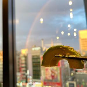 虹とスカイツリーが見えた「かちかちレモンサワー×野菜巻き串工房  ひかり 上野駅前店」