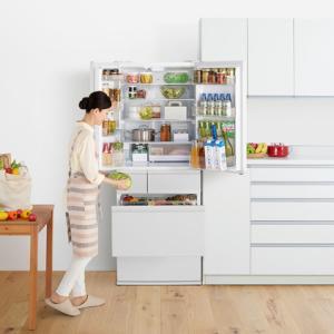 野菜室を真ん中にレイアウトした大型冷凍冷蔵庫