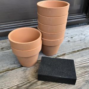 春に備えて・・・素焼き鉢の塗装。