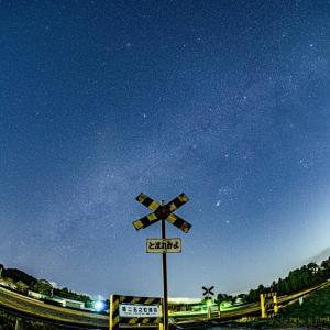 踏切以外の全てが星空になる「いすみ鉄道 第二五之町踏切」