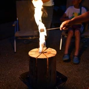 暖炉のある素敵なサイトでスウェーデントーチを囲む初夏キャンプ