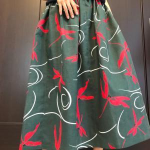 トンボ柄のスカート