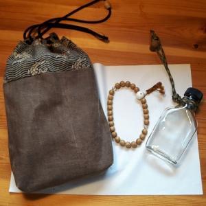 合切袋と念珠とウィスキーの瓶