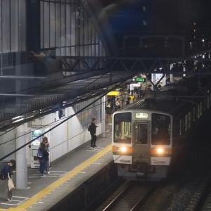 東海道線藤枝駅に到着する普通列車(2019年11月 オマケはイルミネーション点灯式)