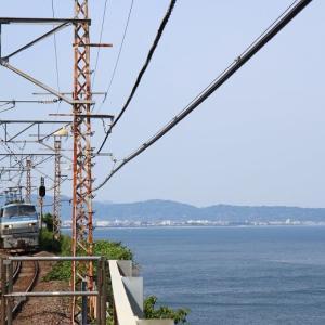 東海道本線は根府川駅 EF66と相模湾 (2014年5月 在庫でドン オマケは185系)