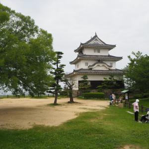 丸亀城 高い石垣と小さな天守の名城