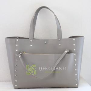 落ち着いた雰囲気や洗練されたイメージが欲しいときには、グレーのバッグでおしゃれな印象を♪
