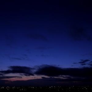 群青色の空の下