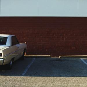 車のマフラーに穴があいてる