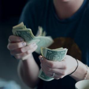 投資詐欺で200万失ってしまい、苦しい毎日。。