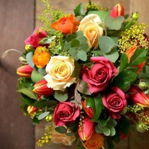 開店の御祝に贈る茜色のバラを使ったフラワーアレンジメント。