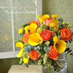 バラ「オレンジロマンティカ」とカラー「ゴールドクラウン」の花束。