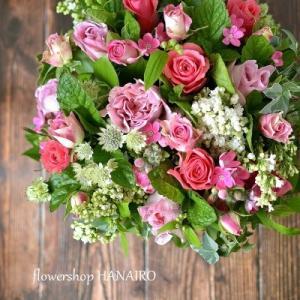 バラ3種「ショコラロマンティカ」「エースピンク」「リサ」を使ったフラワーアレンジメント。