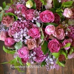 バラ2種「ティナチュール」と「ラベンダーレース」、ライラックを使った母の日のフラワーアレンジメント。