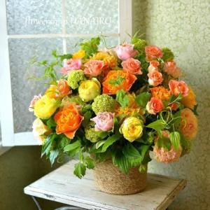 バラ4種を使った周年のお祝いに贈るフラワーアレンジメント。