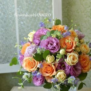 バラ「カルピデューム」とトルコキキョウ「ジュリアスライラック」を使った花束。