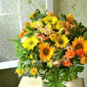 結婚10周年のお祝いにひまわり3種を使った花束。