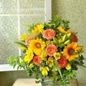 ひまわり「ビンセントクリアオレンジ」とバラ「ティアモ」の花束。