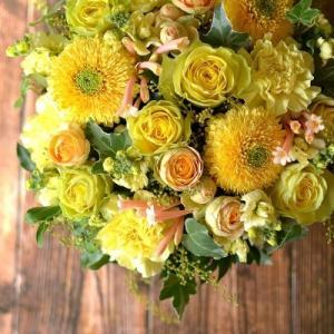 バラ「イリオス」やガーベラ「ストラ」を使った黄色いお花のフラワーアレンジメント。