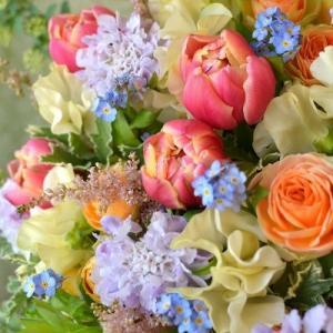 チューリップ「コロンブス」を使った花束。
