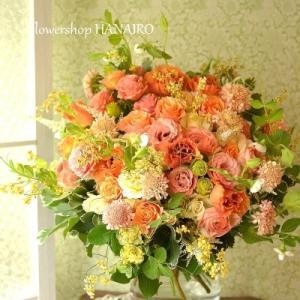 お誕生日のお祝いに贈るオレンジ色の花束。