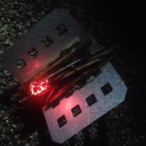 【画像】ソロキャン中ワイ、焚き火を始める