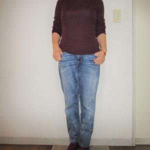 ベージュのアウター×臙脂のセーターのコーデ