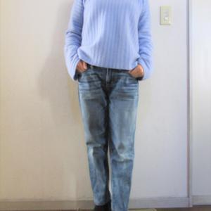 ブルーと言うよりも水色のセーター