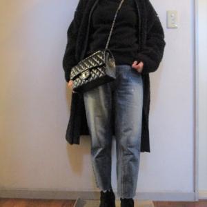 黒のタートルネック×デニムのスタイル