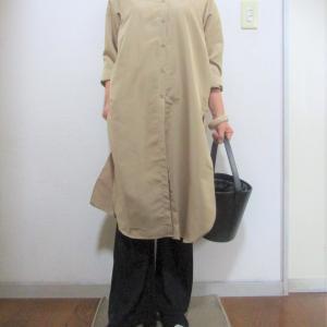 以外と長く着られるベージュワンピースとリブフレアパンツのコーデ