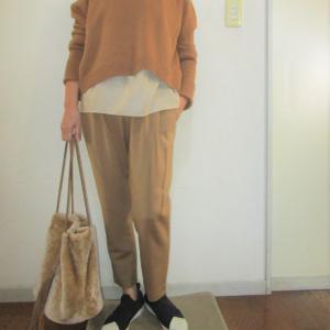 着丈の短いセーターはレイヤードコーデがしやすい
