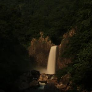 夜の苗名滝