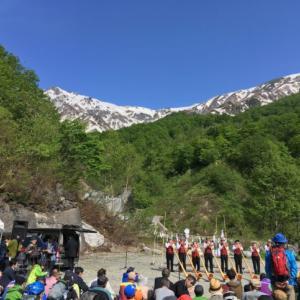第52回貞逸祭(白馬連峰開山祭)で大雪渓へのトレッキングツアーへ