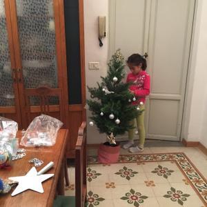 子供の成長とともにクリスマスツリーの飾り付けも変化する