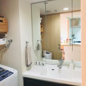 【ダイソー】クリアフックで洗面台の鏡裏にシンプルなシェーバー収納が完成!