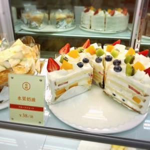 天街にオープンしたモザキ洋菓子店でケーキを買う