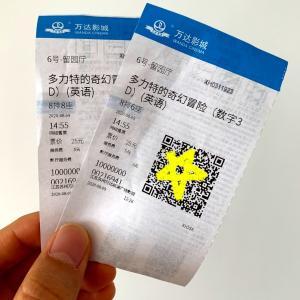 半年ぶりに営業再開した中国の映画館で映画を観る