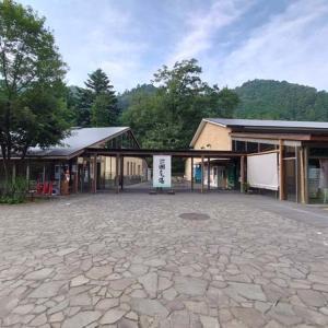 瀬音の湯を満喫!大自然を望む宿泊コテージが最高過ぎる温泉施設を建築好きが体験【東京秋川】