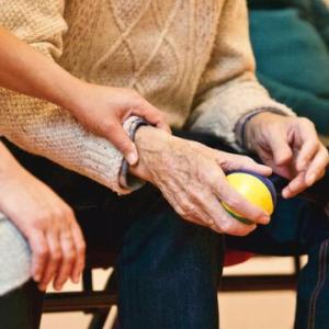 深刻化する介護職の人手不足とアウトソーシングの功罪