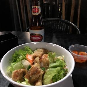 長蛇の列の人気ベトナム料理店
