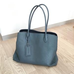 メインバッグは、マザーハウスの「リン トート L」。A4ファイルやPCも収納できる軽いバッグ