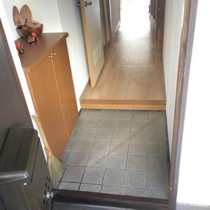 毎日はできないけれど、たまに玄関掃除。使うのは100均ほうきです