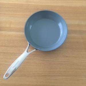 自分で洗う手間を省く。食洗機で洗える、フッ素樹脂不使用のフライパン