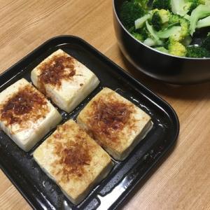 豆腐で簡単1品。ごま油をかけて焼いて、かつおぶしをのせると美味しい(ヘルシオ)