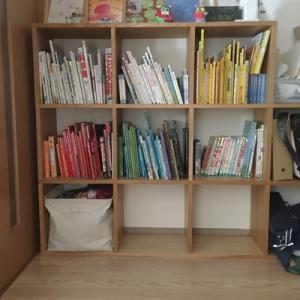 子供に「お片付け育」。本棚の本は、色別に並べる(「ナースときどき女子」)