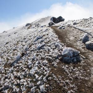 凍る雌阿寒岳で感じる冬の気配